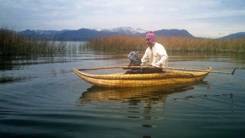 Uro pescando con su hijo