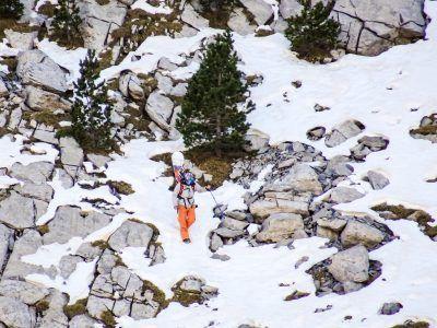 Intrépido snowboarder en un intento fallido