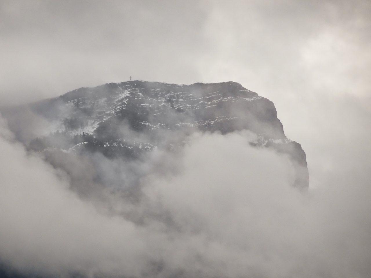 La cruz entre las nubes