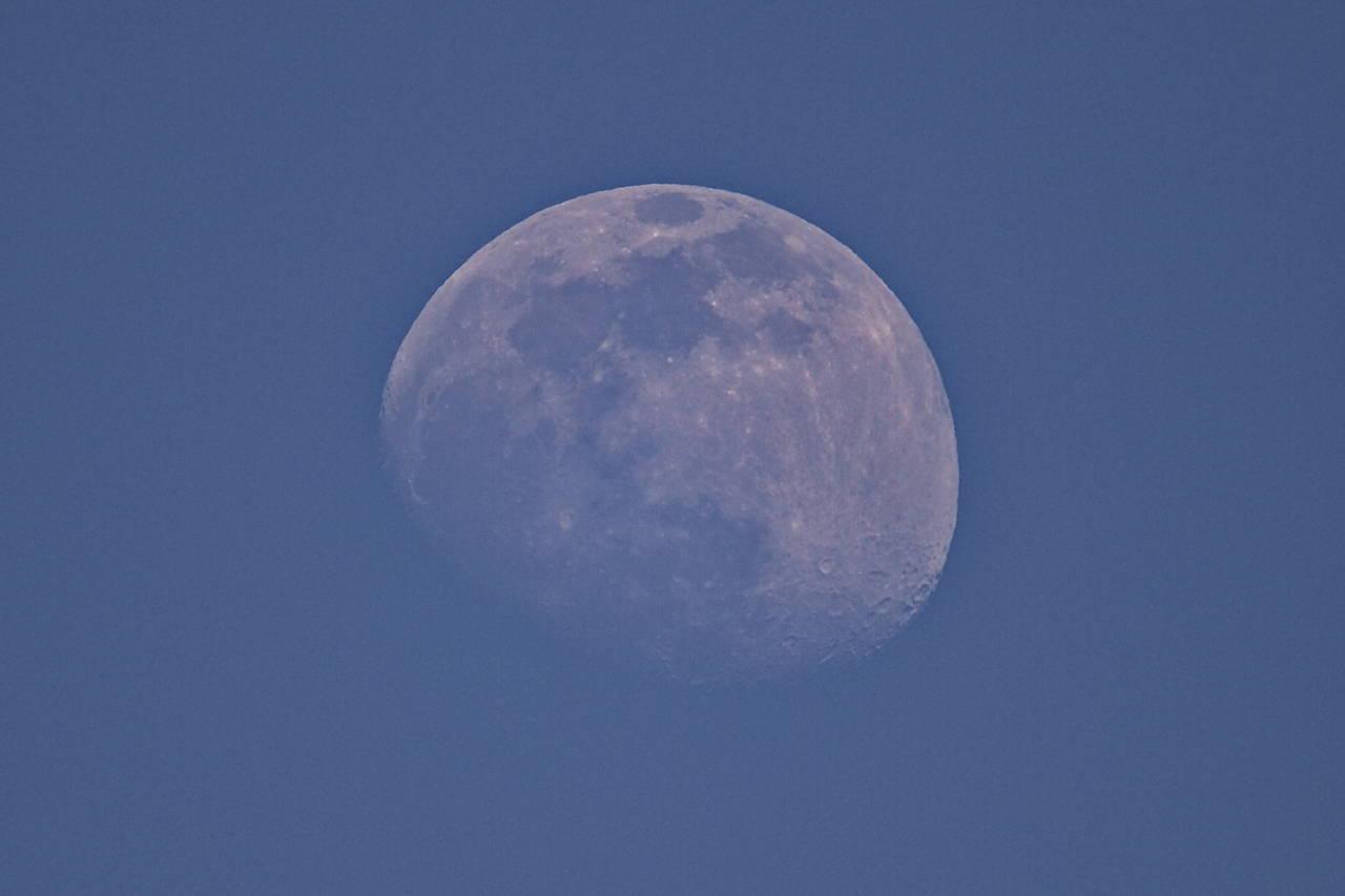 Luna que asoma